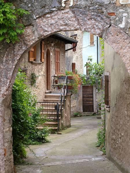 Купить фотообои для стен: Старая улочка